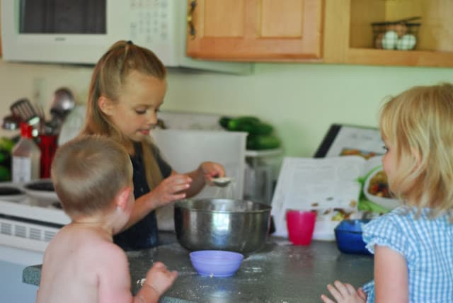Kids in the Kitchen: Crumbly Apple Berry Cobbler