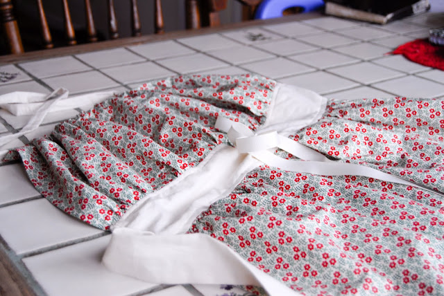 Learn how to sew your own gathering apron to bring in the garden harvest (tutorial)